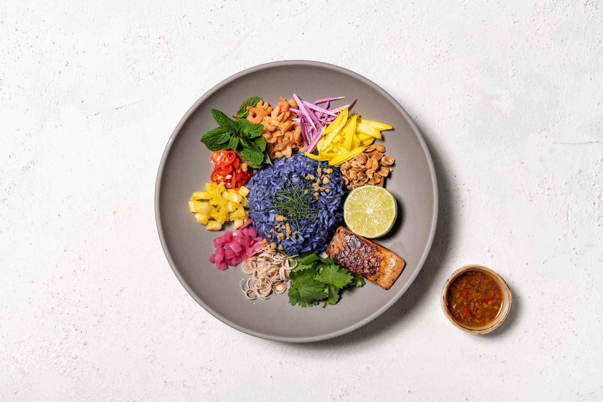 モダン・アジアン・レストラン「Longrain TOKYO」から 一度見たら忘れられない色鮮やかな青いご飯を使ったヘルシーなライスサラダ「カオヤム」を 新定番メニューとして3月6日(土)から提供スタート!
